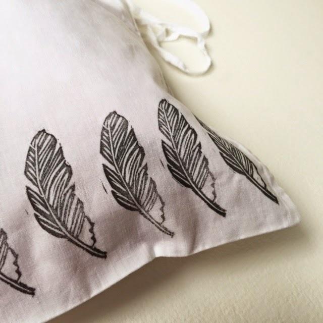 impression avec tampon plume sur tissu par Isabelle Kessedjian